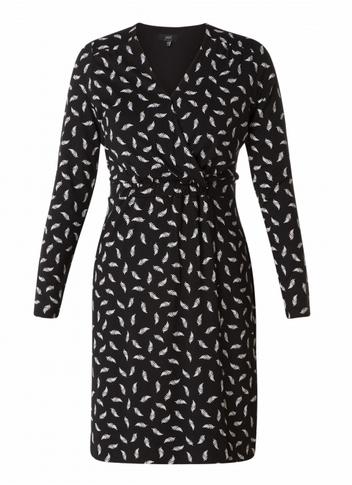 Kleid mit einem schwarz-weißen Blattdruck.