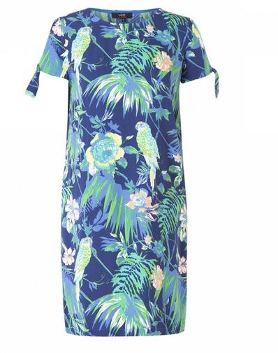 Schönes Kleid in einem geraden Modell mit einem tropischen Sommerdruck